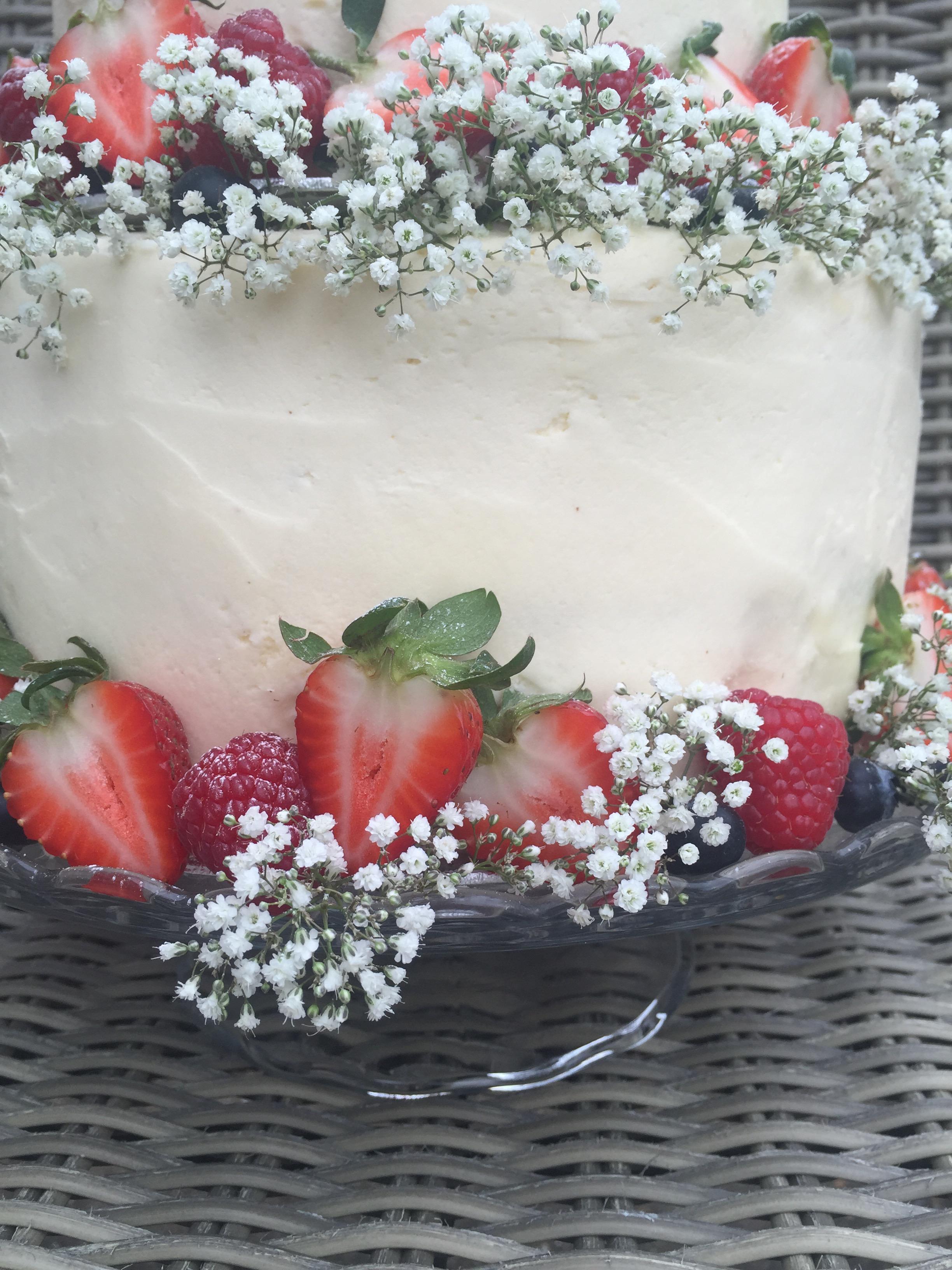 Red Velvet & Vanilla Baked Cheesecake Wedding Cake – bakingyoubetter